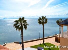Villas de Frente Marino junto a un paseo marítimo.